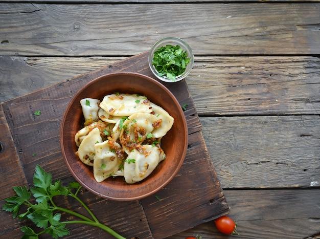 Gnocchi con ripieno di patate. gnocchi in un piatto di argilla