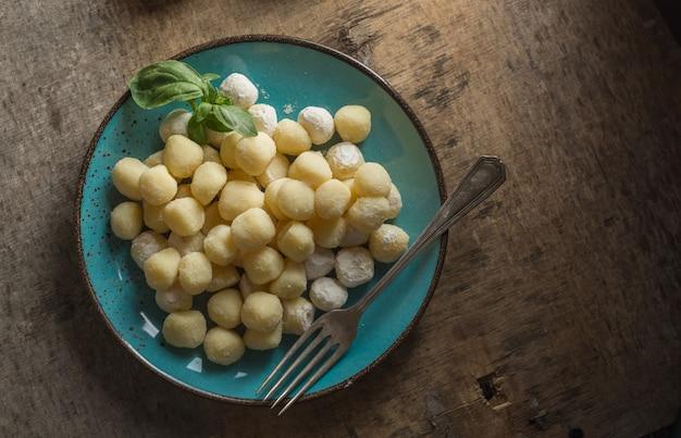 Gnocchi crudi, tipico italiano fatto di patate, farina e piatto a base di uova.