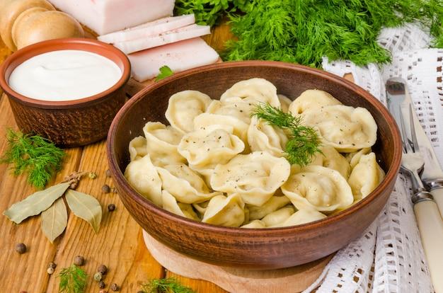 Gnocchi di carne fatti in casa - russo pelmeni. piatto tradizionale russo. stile rustico.
