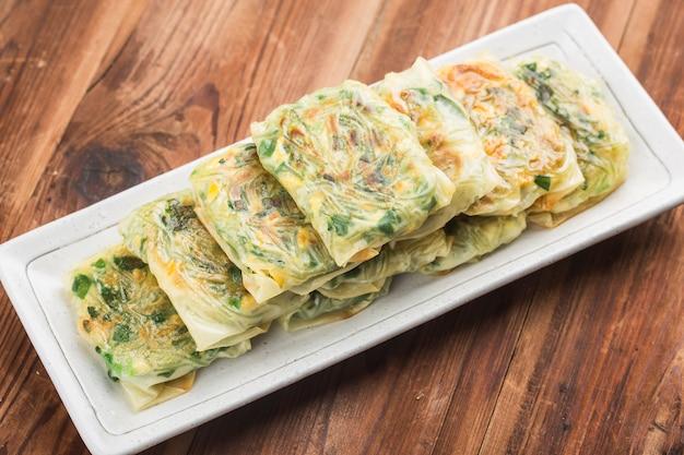 Gnocchi di erba cipollina all'aglio fritto, gnocchi al vapore ripieni di erba cipollina all'aglio, dim sum di erba cipollina all'aglio,