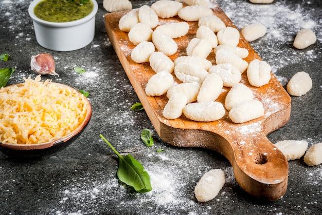 Gnocchi di patate fatti in casa crudi crudi con farina