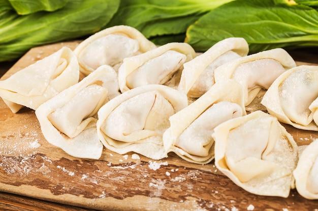 Gnocchi di wonton freschi fatti in casa, cibo cinese. avvicinamento.
