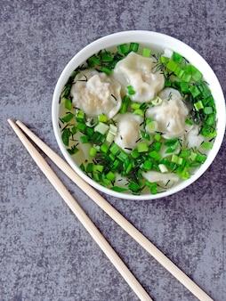 Gnocchi in brodo in stile cinese.