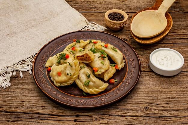Gnocchi ripieni di cavolo stufato e panna acida. piatto ucraino tradizionale varenyky