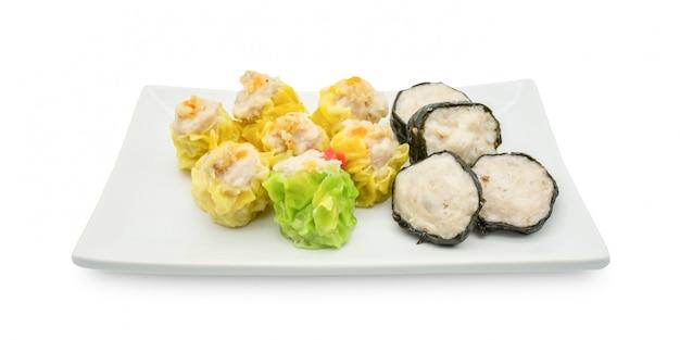 Gnocco cotto a vapore cinese sul piatto bianco