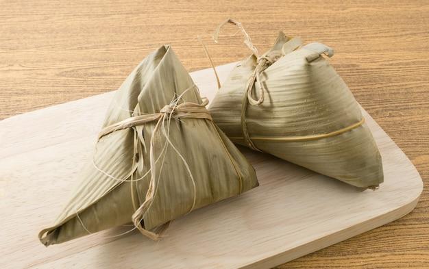 Gnocco di riso appiccicoso o zongzi servito su tavola di legno