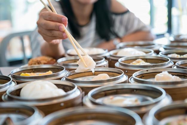 Gnocco scorso latte cinese in canestro di bambù sulla tavola in ristorante cinese.