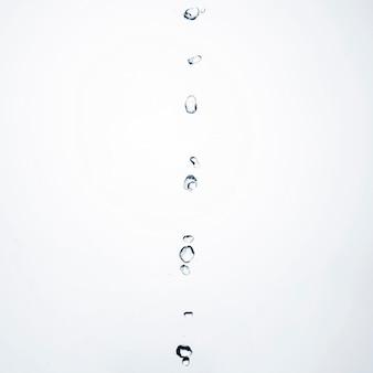 Gocce d'acqua di primo piano su sfondo chiaro