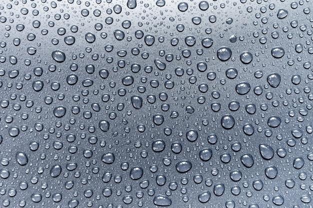 Gocce d'acqua su sfondo grigio, per design e pattern di sfondo