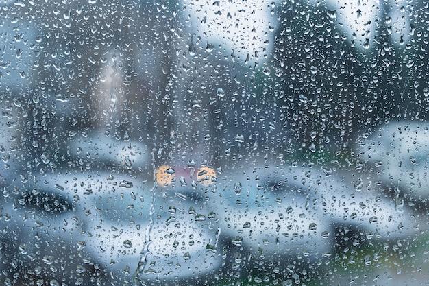 Gocce d'acqua su vetro