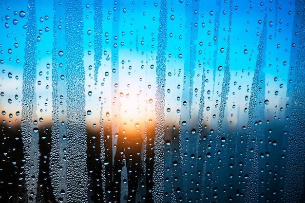Gocce d'acqua sul vetro.