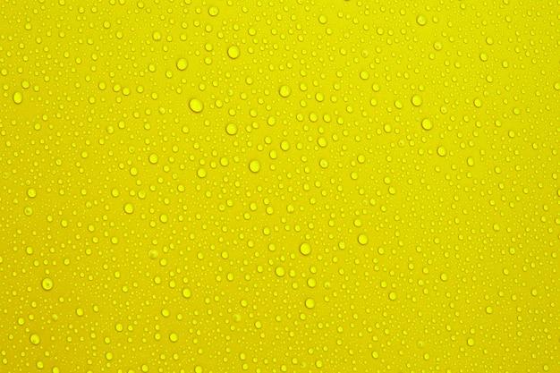 Gocce d'acqua sullo sfondo di colore arancione