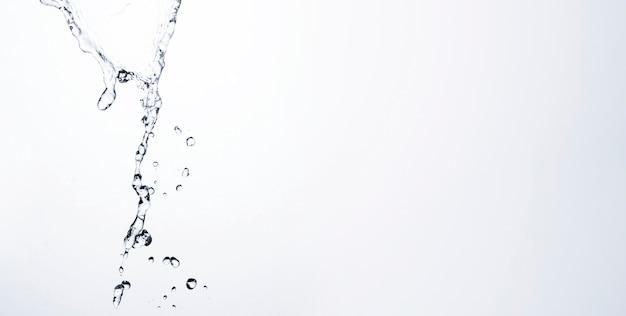 Gocce di liquido trasparente su sfondo chiaro con spazio di copia