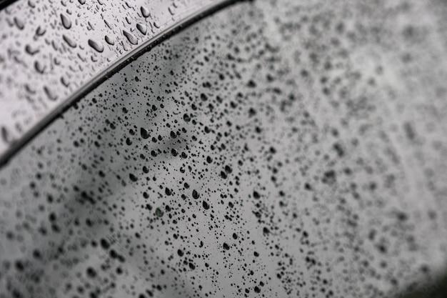 Gocce di pioggia del primo piano sul parabrezza
