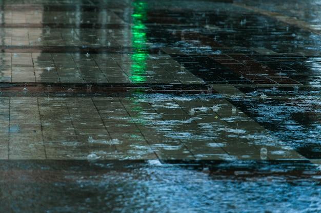 Gocce di pioggia in una pozzanghera