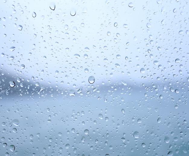 Gocce di pioggia su un vetro della finestra