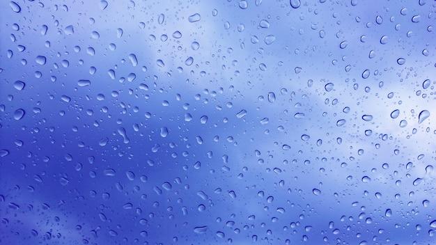 Gocce di pioggia sul vetro, sfondo.