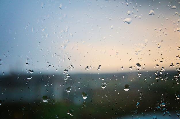 Gocce di pioggia sul vetro. tempo piovoso, nuvoloso, pioggia, temporale.