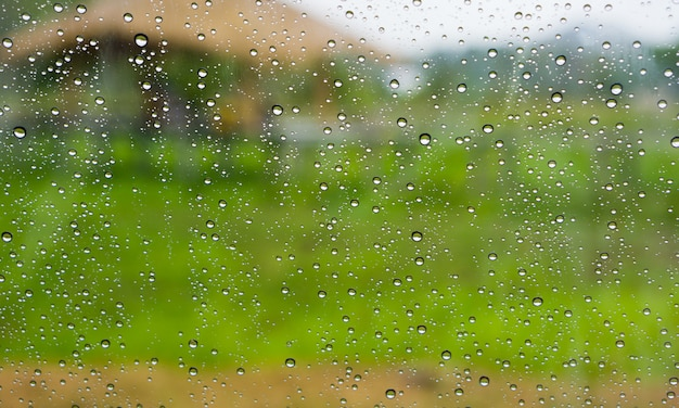 Gocce di pioggia sulla superficie del vetro.