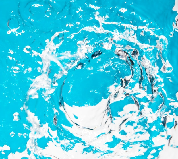 Goccia d'acqua monocromatica e acqua fresca trasparente