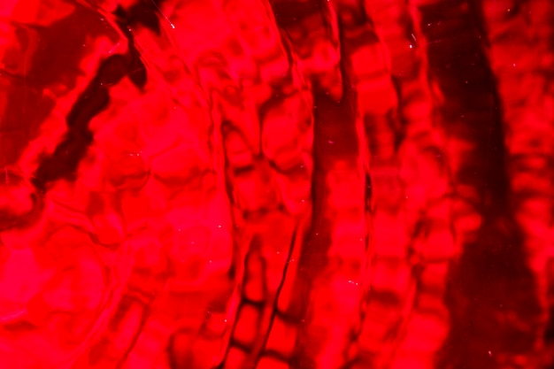 Goccia d'acqua monocromatica su tonalità rosse