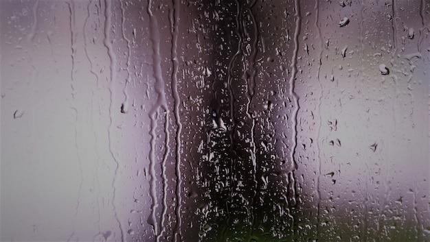 Goccia d'acqua naturale sul vetro
