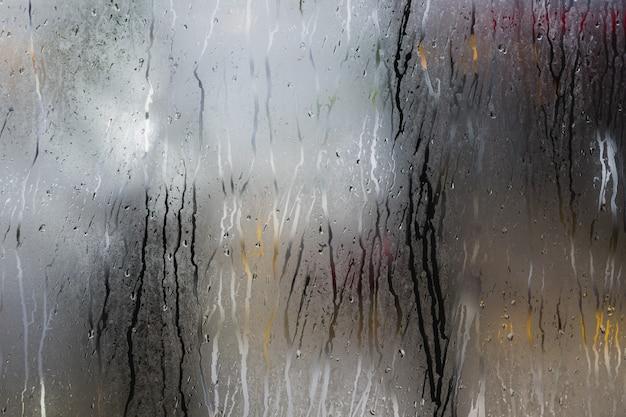Goccia d'acqua sulla finestra, sfocatura dello sfondo della natura con condensa