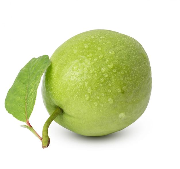Goccia dell'acqua, guava fresca con la foglia isolata su fondo bianco