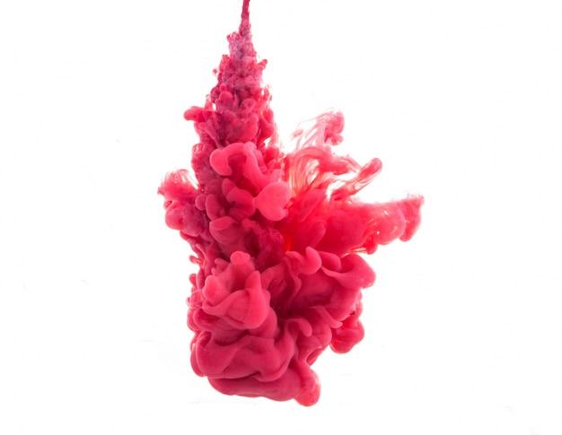 Goccia di vernice rossa che cade su acqua
