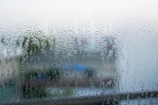 Goccia l'acqua senza cuciture sul vetro