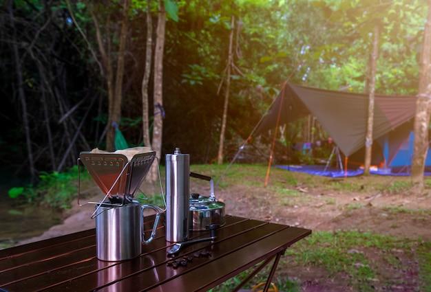 Gocciolamento del caffè mentre accampandosi nel parco naturale