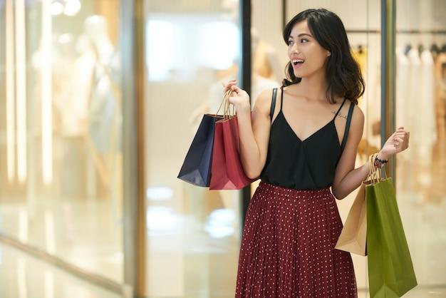 Godendo la giornata di shopping