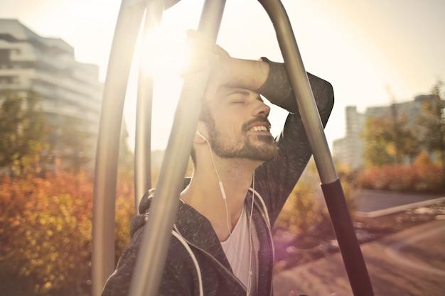 Godendo la musica in una giornata di sole