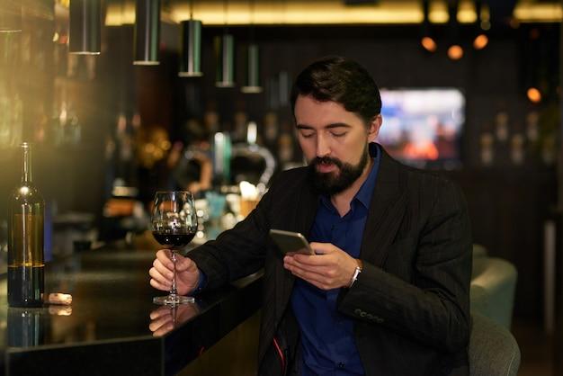 Godendo la serata in un bar