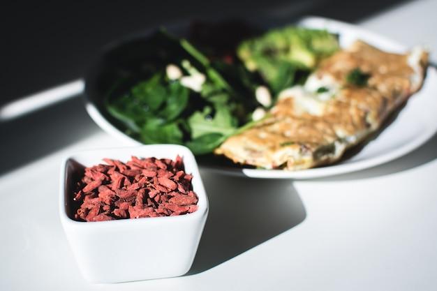 Goji, uova e spinaci freschi per una colazione nutriente