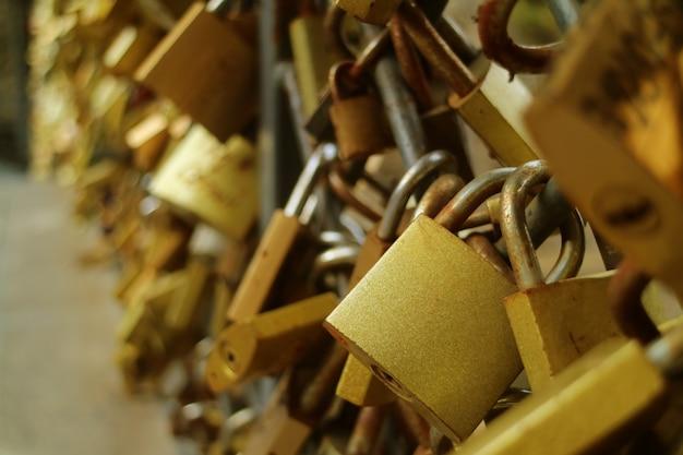 Gold love locks sulla ringhiera del ponte degli amanti nella vecchia tbilisi, georgia
