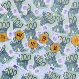 Golden bitcoin fisici sono bugie su un insieme di denominazioni monetarie verdi di 100 euro
