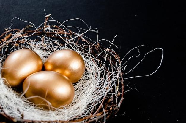 Golden easter eggs concetto di vacanza di pasqua