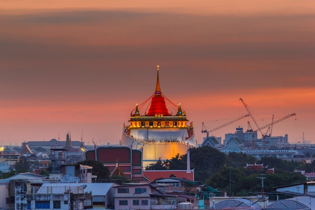 Golden mount temple fair, golden mount temple con panno rosso a bangkok al crepuscolo (wat sraket, tailandia)
