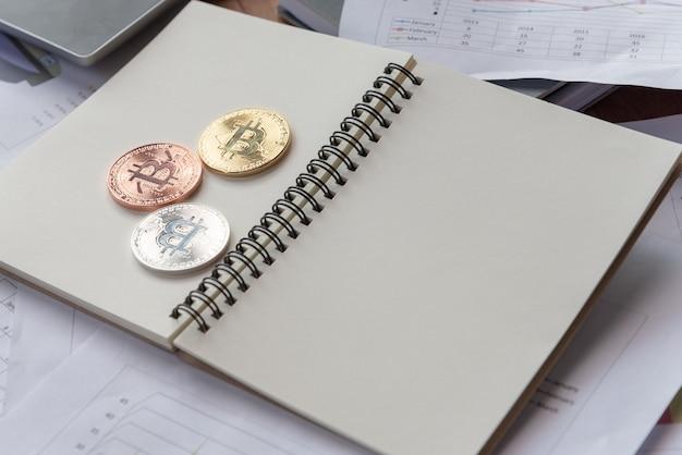 Golen argento e monete bit di rame sul libro vuoto