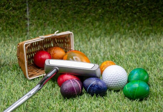 Golf buona pasqua con uova colorate sono su erba verde