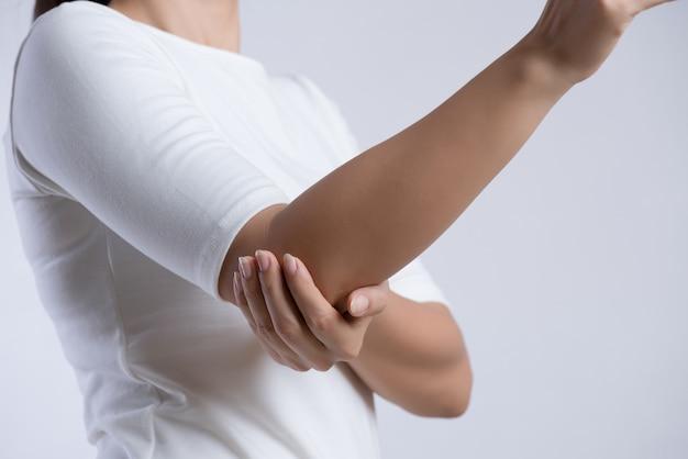 Gomito femminile dolore al braccio e lesioni assistenza sanitaria e concetto medico.
