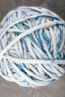 Gomitolo di lana bianca e blu