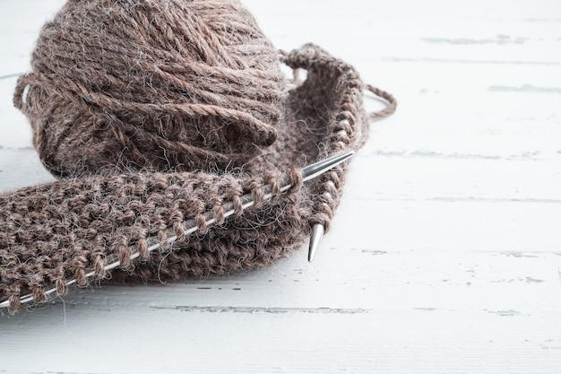 Gomitolo di lana e ferri da maglia sulla luce