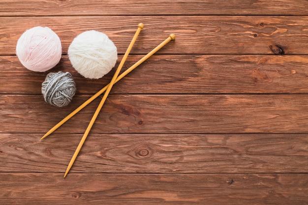 Gomitolo di lana e uncinetto su tavola di legno