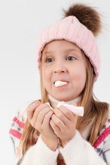 Gomma da masticare bionda della bambina