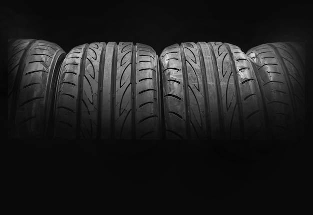 Gomme di automobile isolate su fondo nero