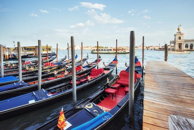 Gondole sul canal grande a venezia, chiesa di san giorgio maggiore. san marco