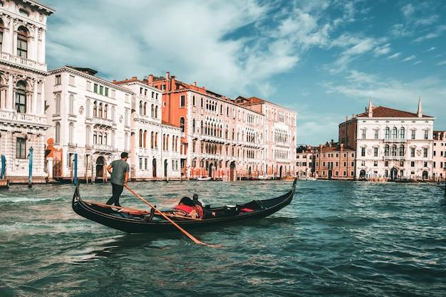 Gondoliere veneziana gioca a gondola a venezia, italia