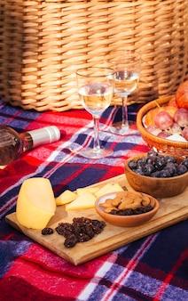 Goodies vista frontale con bicchieri di vino
